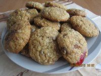 Ovesné sušenky: 1 hrnek polohr.mouky, 100 g rozpuštěného másla, 3 lžíce medu, 3 lžíce tmavého cukru, 1 vejce, 1/2 lžičky sody, 1/4lžičky prášku do pečiva,3/4 hrnku mletých ovesných vloček, semínka/slunečnice,sezam,lněné semínko,konopné/rozinky, sekaná čokoláda, oříšky, kandované ovoce.