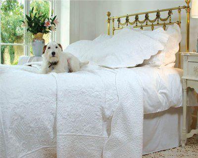www.gardsromantik.se - Överkast vit vågad kant vackert quilt mönster 2 storlekar shabby chic lantlig stil