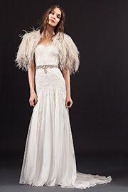 ボディラインをすっきりと見せる上品な一着。コード刺繍で描かれたフラワーモチーフでレトロなボヘミアンルックに。(ショルダーファーはドレスに含まれません)http://dress.novarese.jp/weddingdress/LUCIE.html