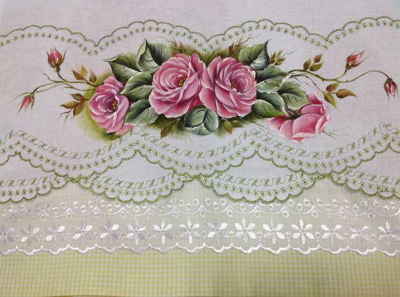 Guardanapo pintado e bordado de rosas com acabamento em barrado estampado de algodão e bordado inglês