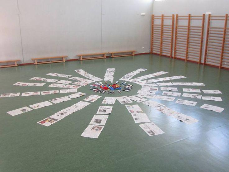 Instalación de juego simbólico: papel de periódico, revistas y cintas de colores