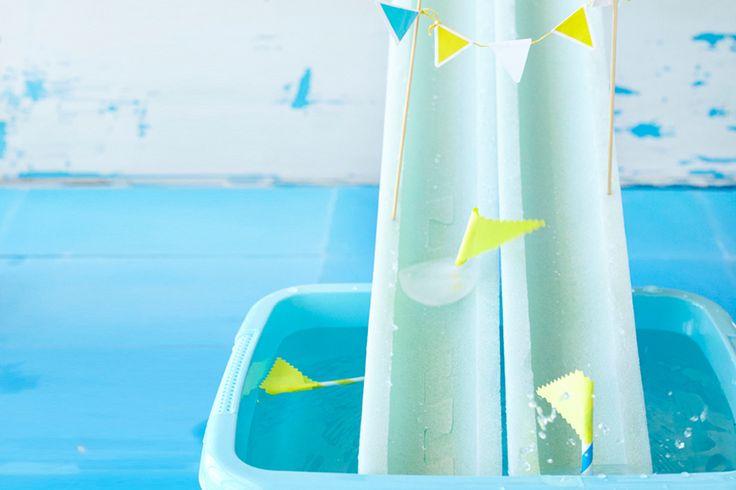 Land in zicht! Of is het je tuin? Je zelfgemaakte zeilbootjes racen over het water en … splash, ze breken alle wereldrecords. Snel, bedenk een leuke naam voor jouw boot en beleef een zee van waterpret.