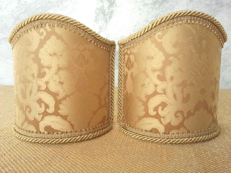 Couple of lampshades decorated with gorgeous Damask textured fabric with Gold floreal patterns, finished with Gold precious trim. 75,00 €