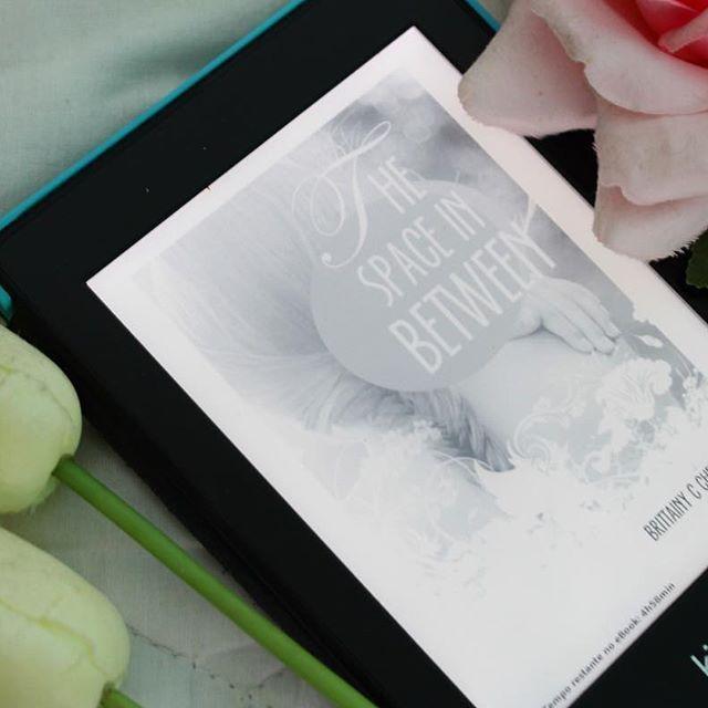 Não consigo evitar, a cada romance da autora Brittainy C Cherry, me apaixono mais pela autora ❤️ ( e tem me ajudado bastante a não perder o ritmo do inglês!) #brittanyccherry #thespaceinbetween #kindle #kindleunlimited #kindlelover #livroderomance #livrosderomance #livroeminglês #romanceemingles