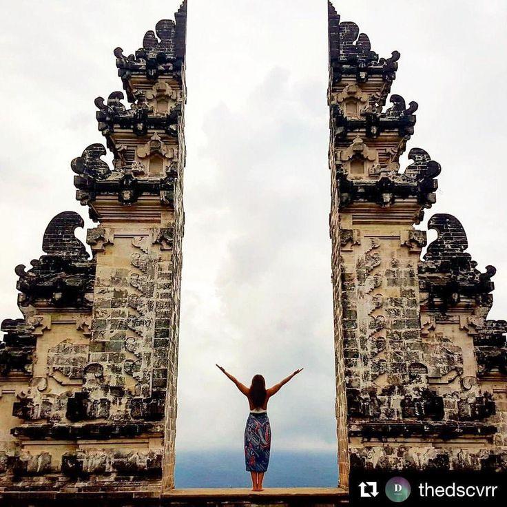 "Welcome, weekend 🙏🏼 ""Bali is a magical, mystical and truly beautiful place."" . . #repost from @adventurouspostcard #bali #lindahering #ambiance #temple #surya"