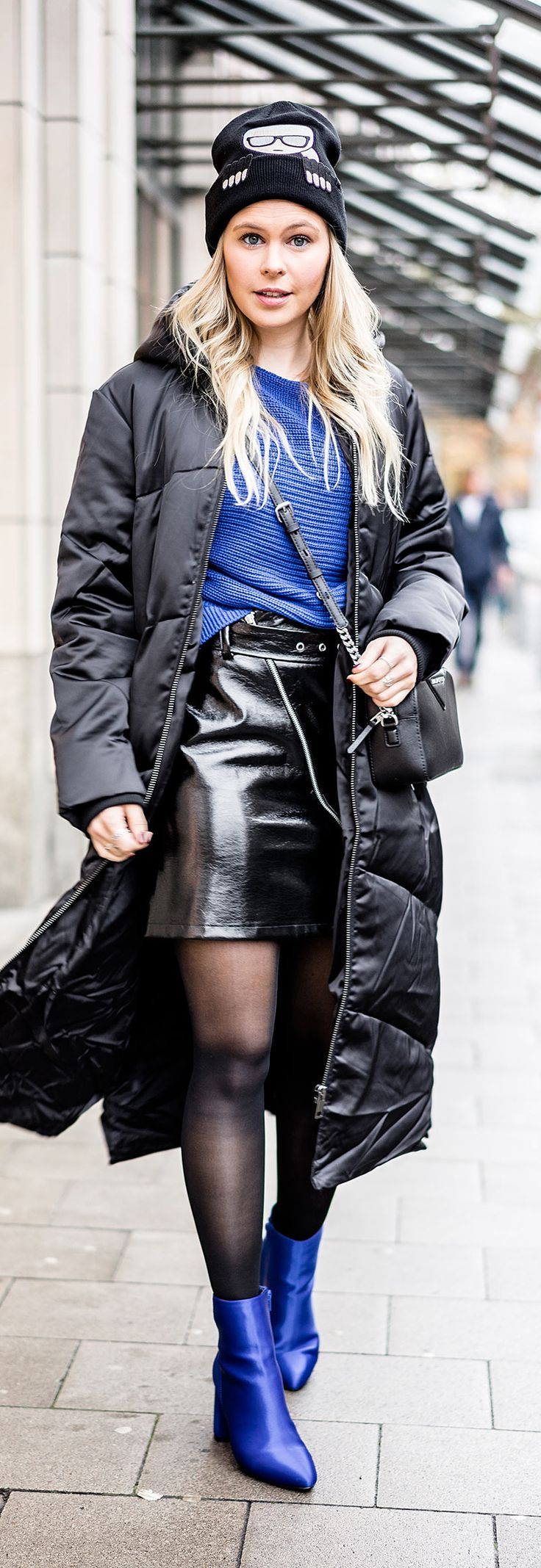Daunenmantel - Blau & Schwarz kombinieren // karl lagerfeld, lederrock, pullover, mütze, outfit, ootd, winter, streestyle, look, fashion, frauen, women, girls, tasche, bag, blogger, blog, düsseldorf, berlin, hamburg, münchen, paris, new york, london, mailand, Blond, Blonde, Designer, Trend, It-Piece, Must-Have, Germany, Sunnyinga, 2017, 2018