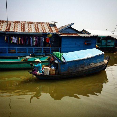 deanpower:Cruising about the village. A #khmer women paddles around the Kompong Luong floating village on Tonle Sap Lake near Krakor, Pursat Province, #Cambodia. #travel #tweegram #wanderlust #village
