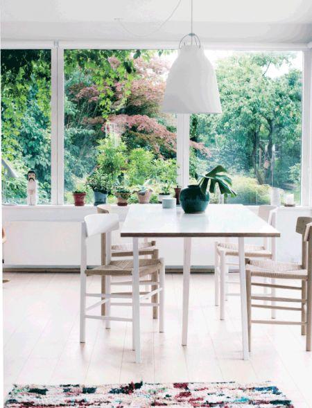 spisestue med kig til grønt / nordisk stil / dansk design // living room / nature / Nordic living / danish design / børge mogensen / hay / cecilie Manz / dining room