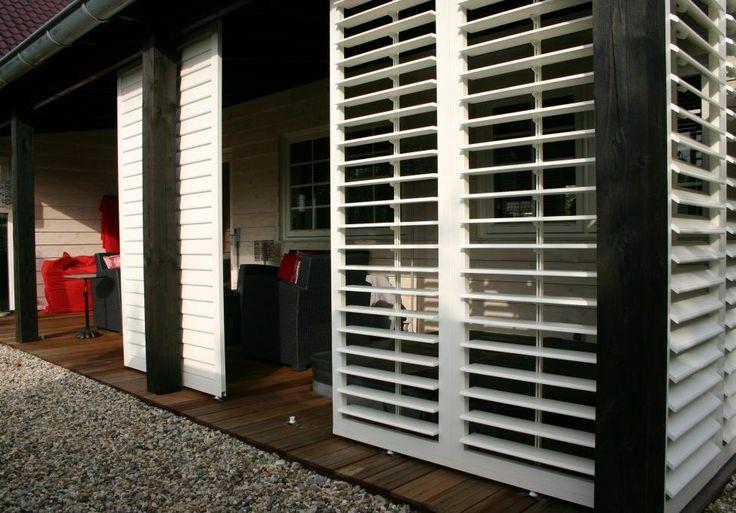 En zo maak je van je veranda een nog fijnere plek om te loungen. Schuif de verandashutters  lekker open of draai de lamellen gedeeltelijk dicht om regen buiten te houden of gewoon voor je privacy.