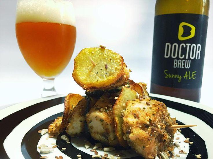 Ritornano le ricette sul nostro blog! Eccone un'altra realizzata dal buon @roccorossitto Spiedini di pollo con semini misti e chips di patate e zucchine in abbinamento alla Sunny Ale di #DoctorBrew [link al blog nella bio]
