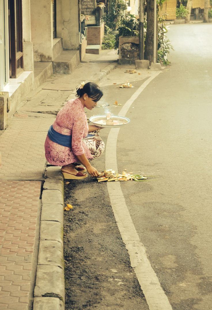 Street photography, Hindu offerings in Ubud #Bali