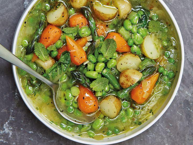 Avec les lectrices reporter de Femme Actuelle, découvrez les recettes de cuisine des internautes : Soupe de légumes primeurs