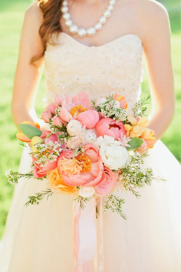 Herrliche Farbzusammenstellung im Blumenstrauß für die Braut oder auch als Good Vibrations Deko {Photography by Kristyn Hogan} #flowers #weddings Quelle: Tollwasblumenmachen.de