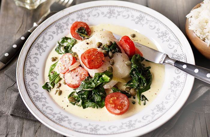 Torsk med spenat och tomater i syrlig kaprisgräddsås