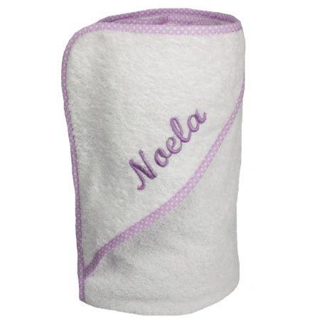 Capa de baño malva de bebé con nombre bordado. Capa de baño para secar al bebé recién nacido de una forma fácil. La toalla es de rizo blanco y el ribete en de color malva con topitos blancos. Por sólo 9 euros más bordamos en el momento el nombre del bebé. También ofrecemos el babero rizo a juego. 100% algodón. Tamaño 70cm x 70cm. 15,50 €