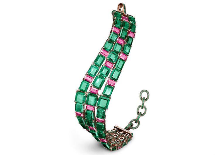 festival di cannes - de Grisogono - Love on the Rocks - Bracciale di alta gioielleria - Pezzo unico - Oro rosa, 20 rubini birmani non trattati ( 12,03 carati), 43 smeraldi taglio smeraldo (61,03 carati) e 2.205 smeraldi ( 4,03 carati).