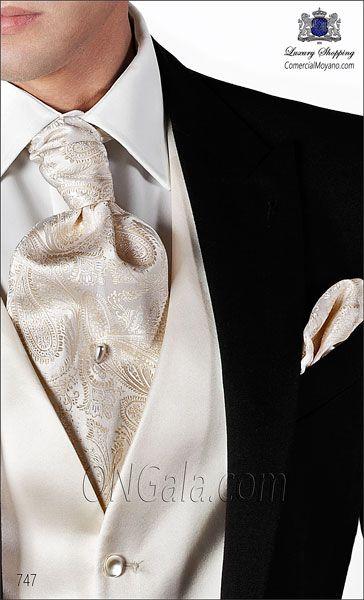 Traje de novio negro de Raso Satén Extra coordinado con pantalón de etiqueta.