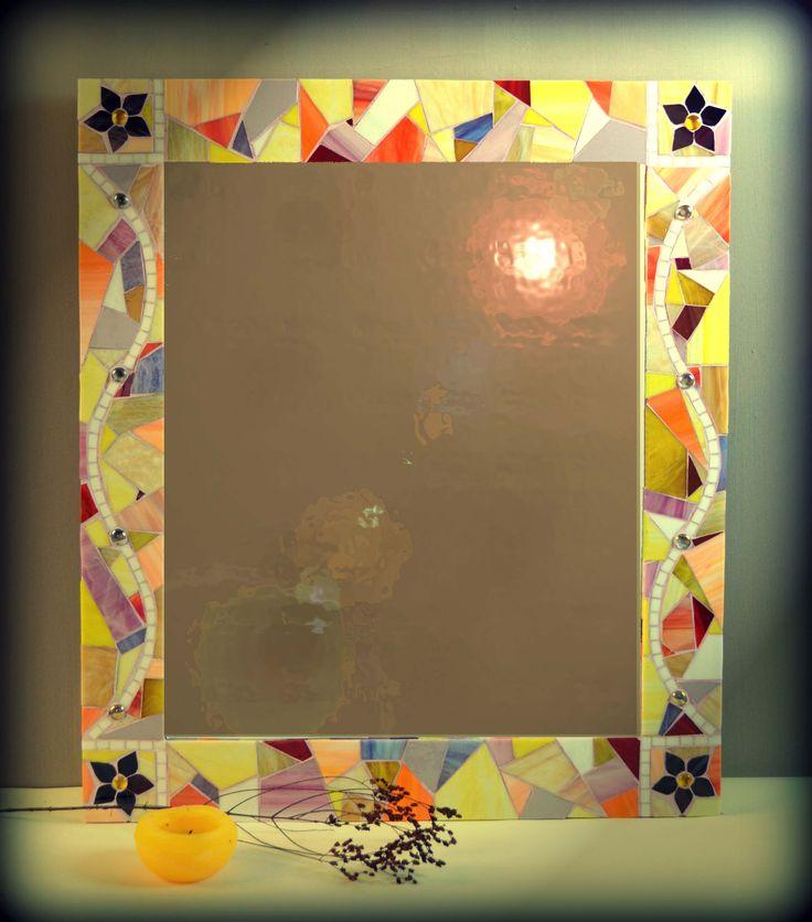 Эксклюзивное настенное зеркало ручной работы.Рамка в мозаичном обрамлении изготовлена с американского витражного стекла.,в теплых желто-оранжевых тонах.