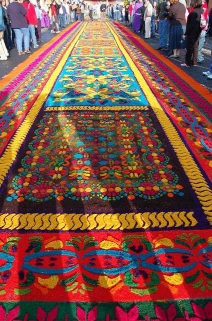 """""""Alfombras"""" hechas de aserrín de colores para Pascua en Guatemala"""