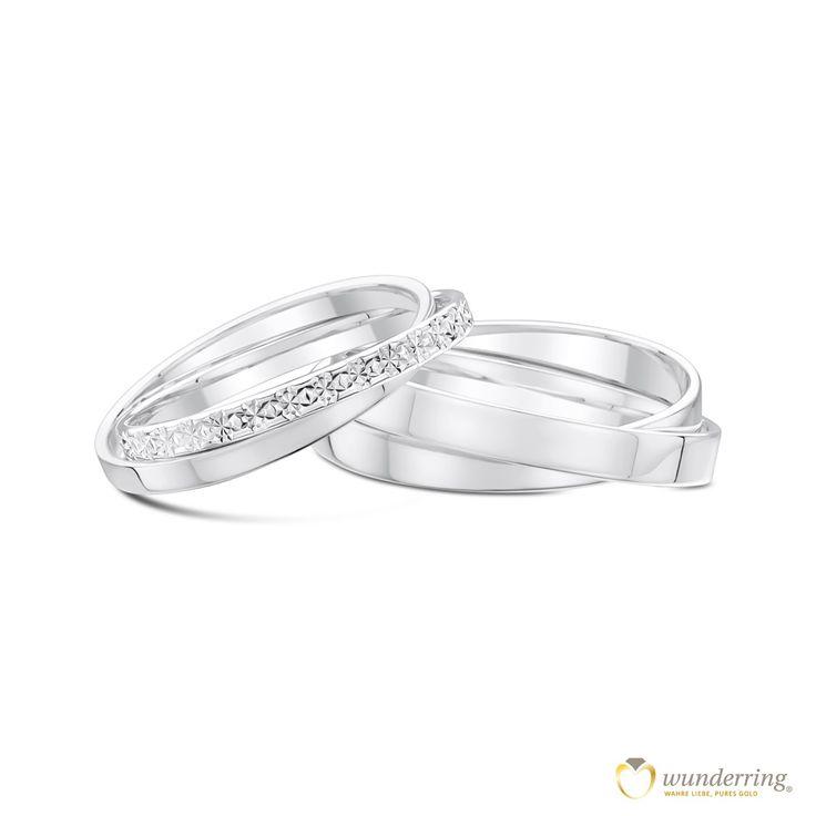 Zwei Ringe sind ineinander verschlungen - eine wundervolle Symbolik für Eheringe. Ringpaar Tabiteuea 750er / 18 Karat Weißgold von wunderring®. €784 #Hochzeit #Diamantierung #Diamanté-Effekt