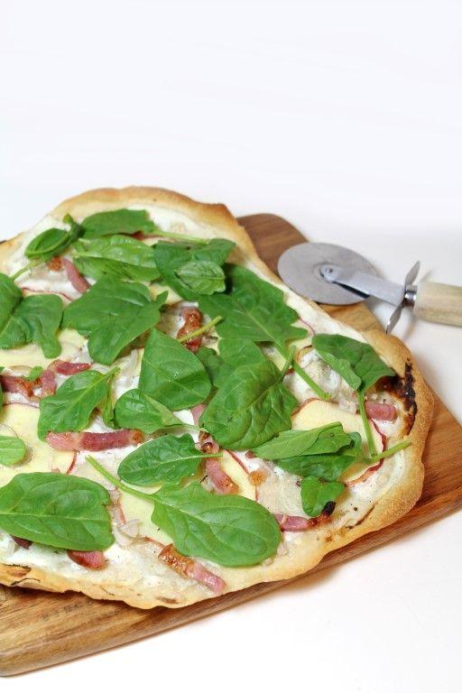 Flammkuchen met appel, ricotta, spekjes en verse spinazie