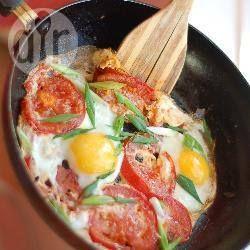 Soms heb je geen zin om te koken en wil je gewoon iets maken dat snel klaar is. Gebakken eieren en tomaat is een perfecte combinatie en ook nog eens koolhydraatarm.