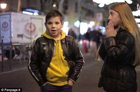 A reação dos meninos diante da provocação: bata nela!