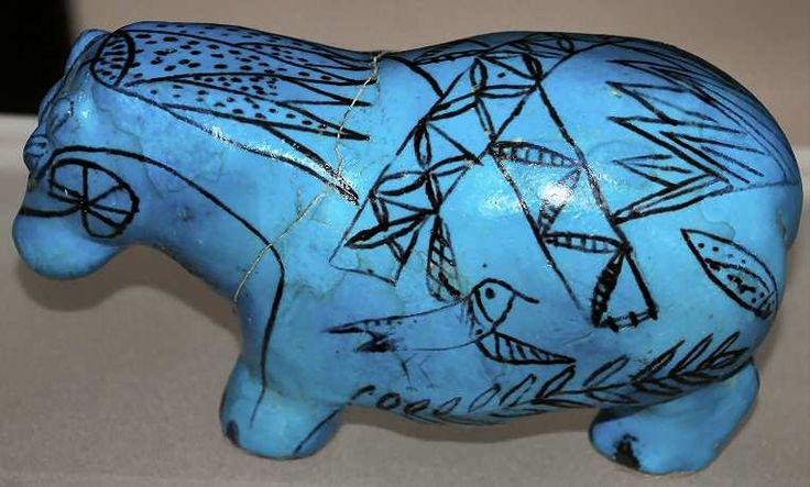 Ces célèbres hippopotames en faïence bleue étaient déposés dans les tombes du Moyen Empire - On ne sait pas précisément la signification de ces dépôts - le Louvre Paris