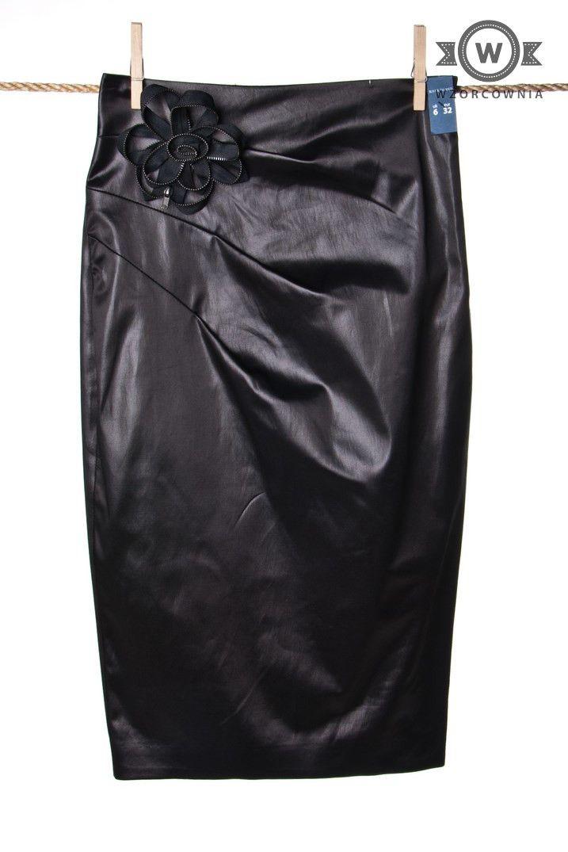 >> #Elegancka #ołówkowa #spódnica z oryginalnym kwiatkiem na pasku #Wzorcownia online #black #skirt  #RiverIsland