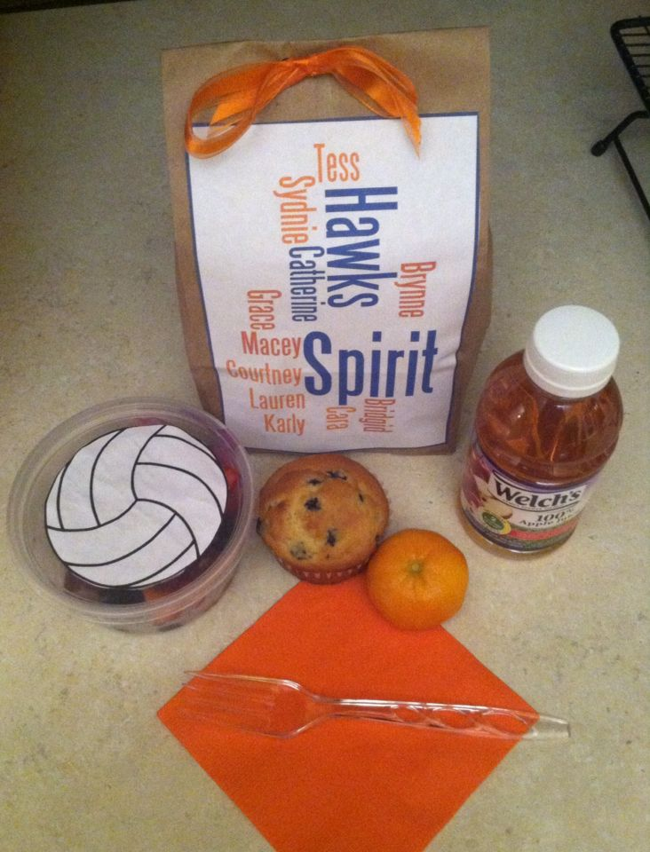 Volleyball tournament breakfast pack: clementine, juice, fruit cup and a muffin. Team colors of course!
