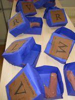 Groep 2 oefende dinsdagmiddag met letters, woordjes en zinnen. Wat is vooraan/achteraan en wat is de eerste letter van onze naam? We maakten...