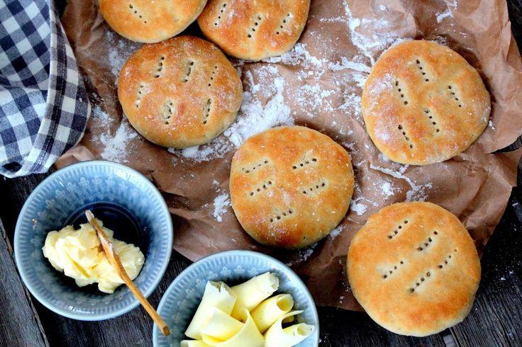 I helgen bakade jag fluffiga härliga tekakor som var glutenfria. Lyckan i en liten ask när de smakade så fantastiskt gott alltså och konsistensen var precis som tekakor bakade med vanligt mjöl! :) Nu blir det ju inte direkt lättare att minska på brödet. Men äsch, jag vill ha en macka till frukost. D