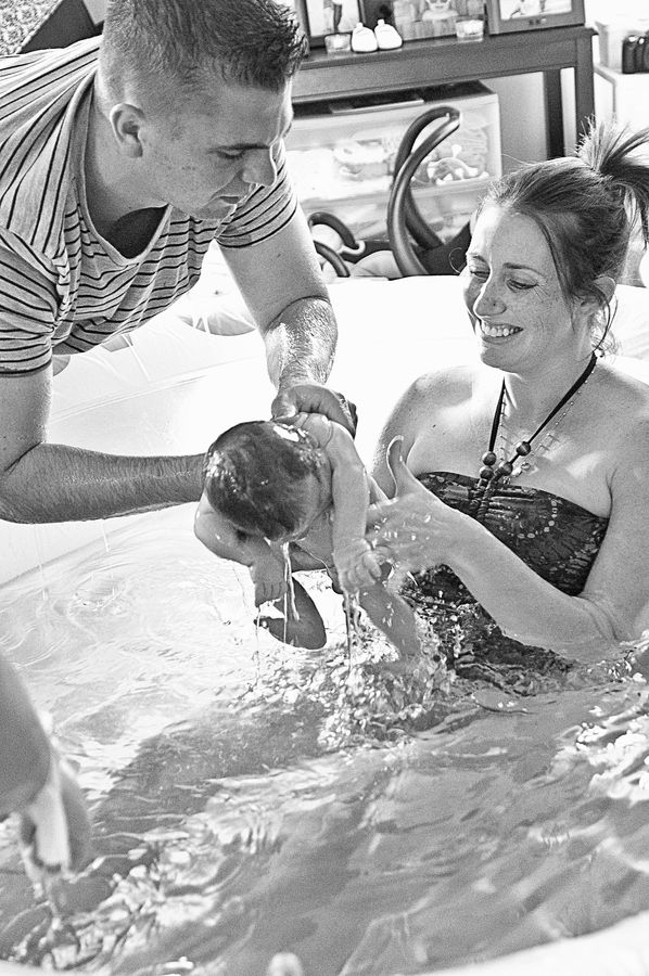 Home water birth, where daddy caught his daughter. Love the look of pure joy on mom's face.... This is exactlyyyyy what I want, a.water birth