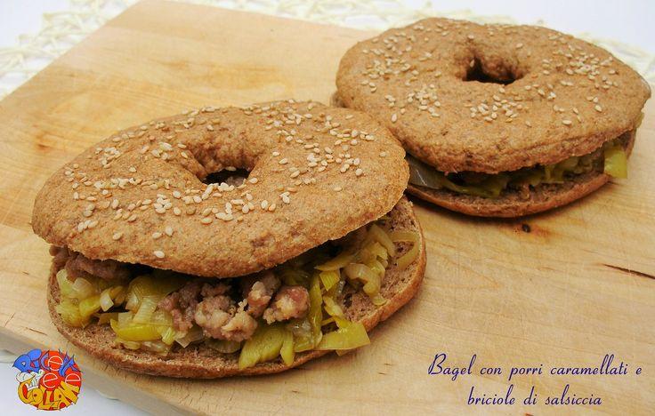 Bagel con porri caramellati e briciole di salsiccia: un ripieno gustoso e ricco per i tipici panini americani; le varianti al ripieno sono tutte da provare.