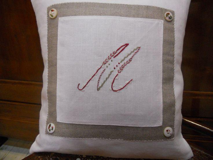 """Cuscino in lino con iniziale ricamata su disegno di """"Un chat dans l'aiguille"""", ricamato da me - Tinu"""