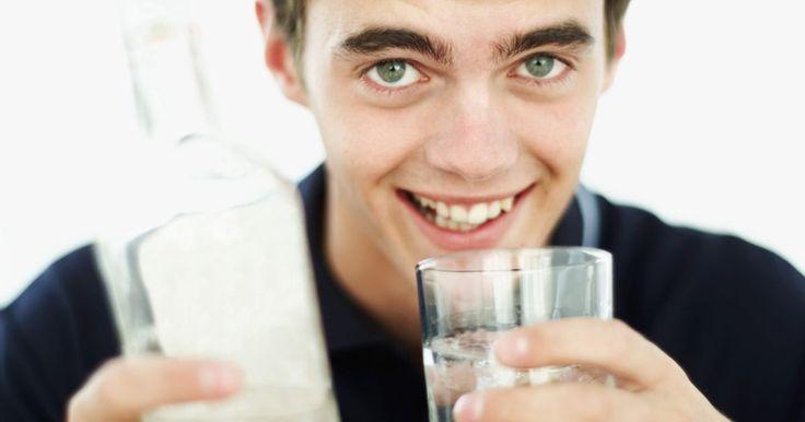Usos del vodka para eliminar olores. El vodka es una bebida alcohólica utilizada en muchas bebidas mezcladas y cocteles. Sin embargo, tiene muchos otros usos, desde desodorización a la desinfección del hogar. Cuando se utiliza alcohol para una tarea de casa, no utilices las marcas caras de élite: la más barata es la mejor cuando se trata de la eliminación de olores.