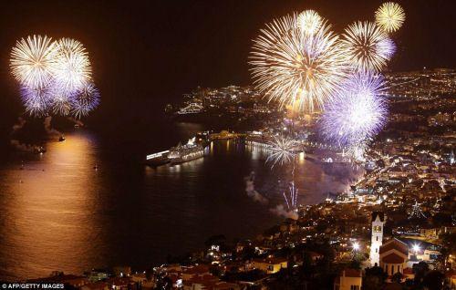 I migliori fuochi d'artificio del mondo  Via Zoom in Earth Worldwide   L'isola di Madeira è rinomata per le sue bellezze naturali, il suo vino robusto e i suoi spettacolari fuochi d'artificio. Capodanno è uno dei periodi di maggior affluenza di turisti a Madeira. In ogni albergo vengono organizzate feste e cenoni ma quello che rende famoso il Capodanno a Madeira è il  magnifico spettacolo pirotecnico con spettacolari fuochi d'artificio nella baia di Funchal nella notte di Capodanno…