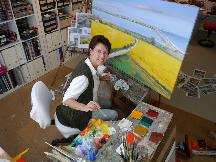 Hier seht ihr mich in meinem Atelier, an der Staffelei, mit Farben und Palette gerade mit einem dänischen Motiv beschäftigt...www.ute-herrmann-kunstmalerin.de