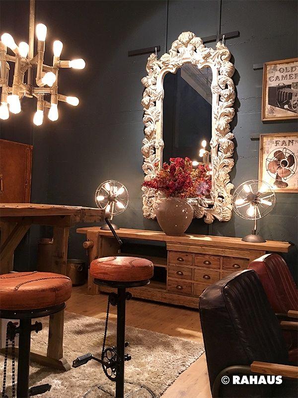 INDUSTRIAL MEETS BAROCK #Bartisch #Counter #Stil #Berlin #RAHAUS #Teppich #Stuhl #Leder #leather #Barhocker  #Leuchte #light #Spiegel #Mirror #Kissen #Patchwork #Wood #glas #Interior #design #Möbel #furniture #livingroom #Wohnzimmer www.rahaus.de