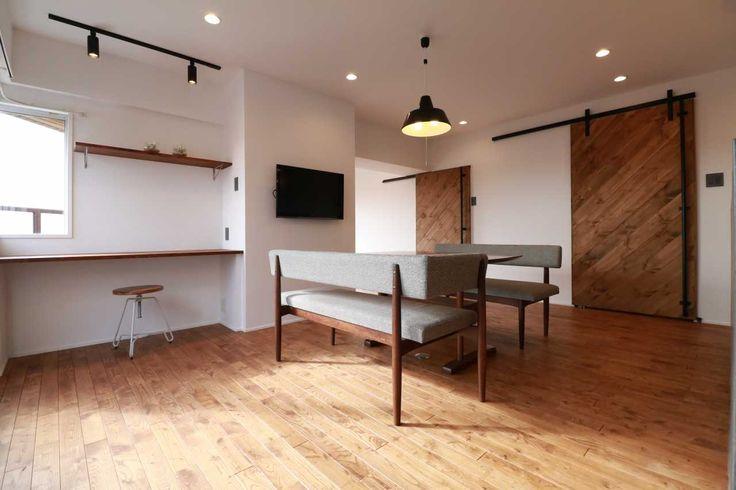床は無垢材の「栗」。アウトセットの引き戸は完全オリジナル。 無垢の床と同じ自然塗料「春風」を使用しています。 キッチンにはLIXILのリシェルを対面式で配置し、リビングと景色が見えるようにしました。 最上階リバービューの3面バルコニーはマンションだけの特権です。