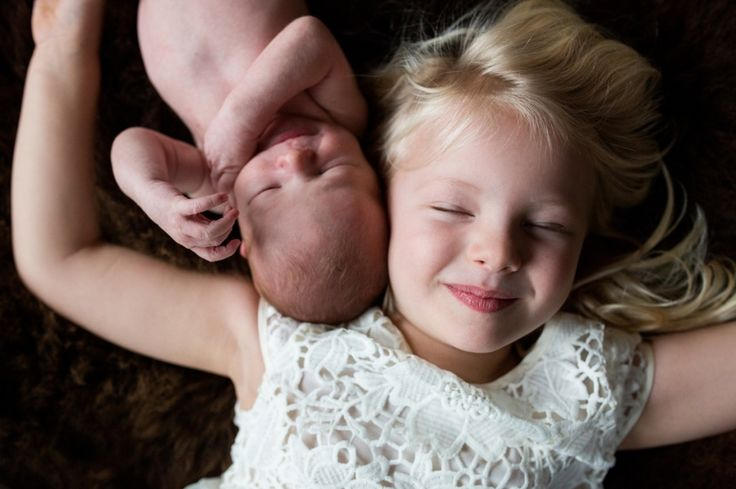 Newborn Jurre fotoshoot met grote zus Isa, big sister with baby brother, newborn with sister photoshoot