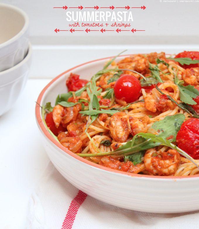 Sommer Pasta mit rotem Pesto, Tomaten, Rucola und Shrimps