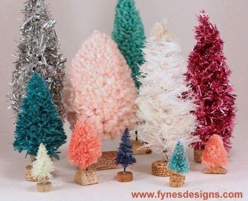 Découvrez comment faire de jolis petits sapins de Noël en laine ou avec de vieilles guirlandes...facile à faire ! Voilà une idée originale pour recycler vos restes de pelotes de laine dont vous ne savez que faire. Une idée créative qui vous permettra de décorer joliment votre table pour les fête...