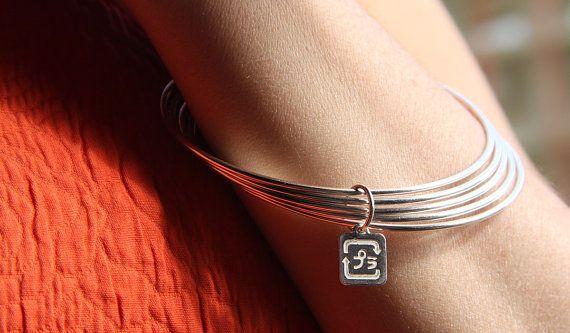Cinque braccialetti collegato con un fascino di MINRLhandcrafts