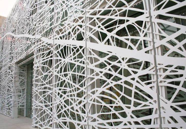 revêtement de la façade en panneaux métalliques en aluminium blanc