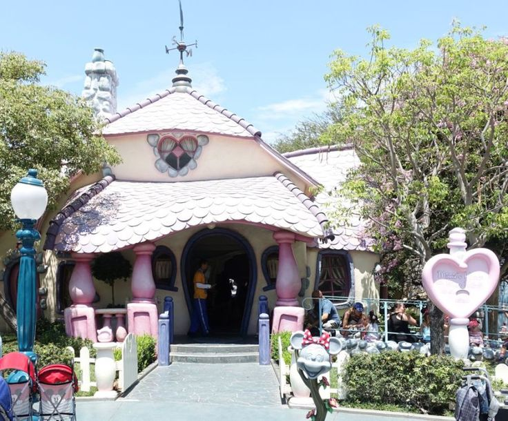 http://happyface313.com/2016/08/20/wpc-fun-at-disneyland/ - Minnie's house in Toontown