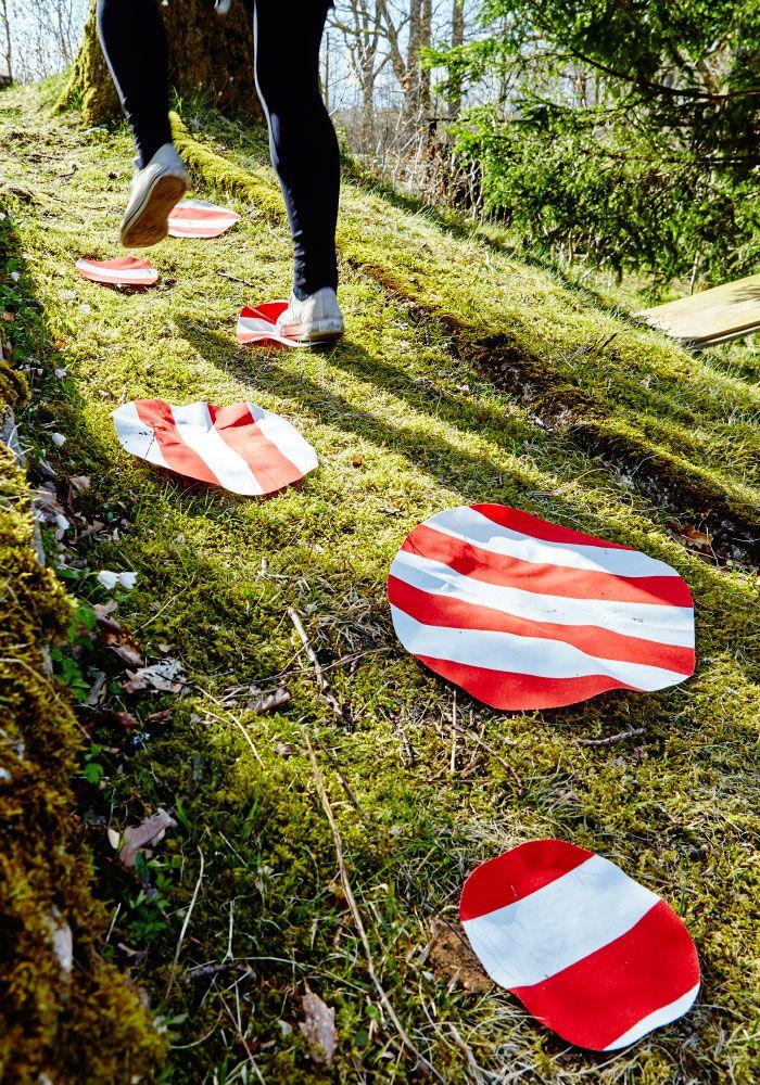Crea un juego de exterior sencillo poniendo círculos de tela en el suelo para que los niños salten de unos a otros.