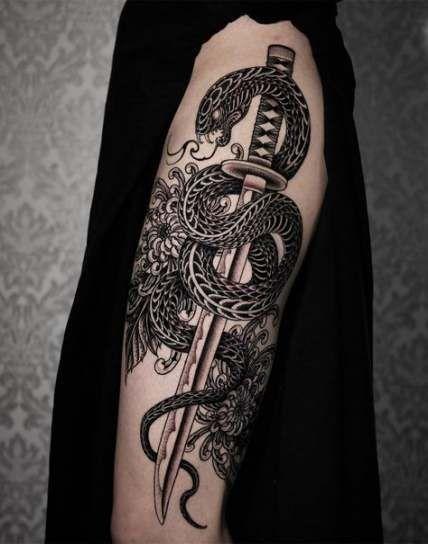 Neue Ideen für Tattoo-Schlangenschwerter