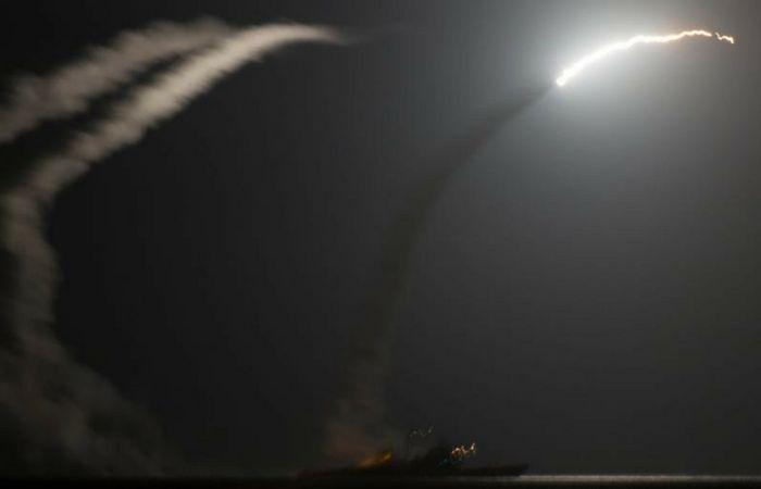 """Igual que Barack Obama que se empeñó en derrocar al Gobierno de Bashar Al Assad lanzando ataques o apoyando y armando a la oposición armada que inició la Guerra en Siria, Trump ordenó la tarde de hoy un ataque con misiles a una base aérea del Ejército de Siria en """"respuesta"""", a un supuesto ataque químico que el Gobierno Sirio achaca a los grupos terroristas de la oposición."""