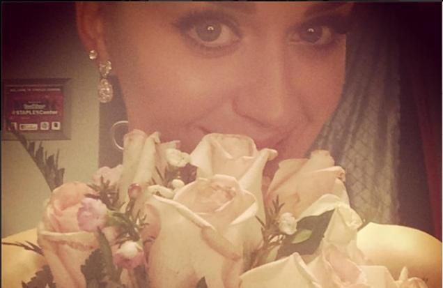 Katy Perry caught a wedding bouquet during last night's (26.01.14) Grammy Awards.